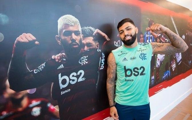 Pelo Flamengo: assim que foi contratado, já em 2020, estava de volta aos cabelo pretos, naturais, com as laterais raspadas e barba sob medida.
