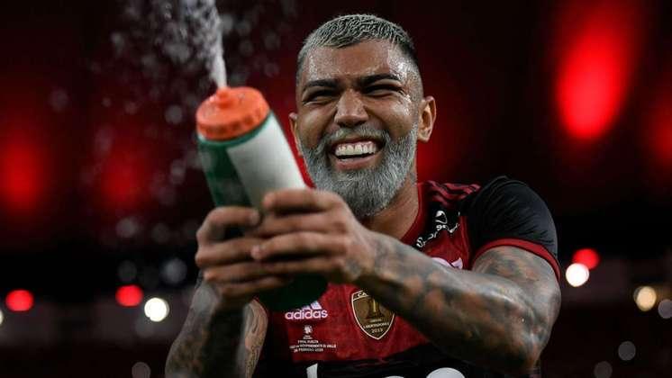 Pelo Flamengo: já contratado pelo clube, iniciou a temporada com o estilo 'Papai Noel': barba e cabelo brancos. Deu trabalho para o seu sósia...