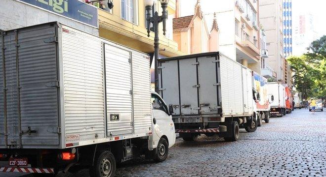 Pelo menos dez caminhões aguardavam para descarregar seus produtos no comércio no Centro de Porto Alegre Crédito: Alina Souza