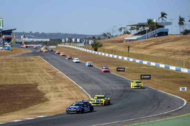 Pelotão acelera na reta principal de Goiânia na primeira corrida do dia