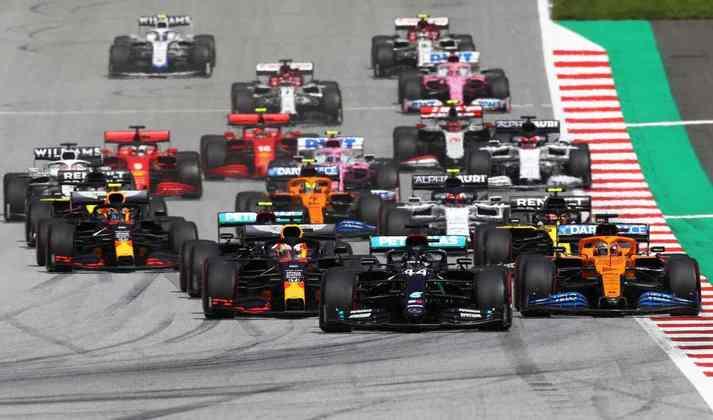 Pelotão chega na primeira curva da corrida no Red Bull Ring