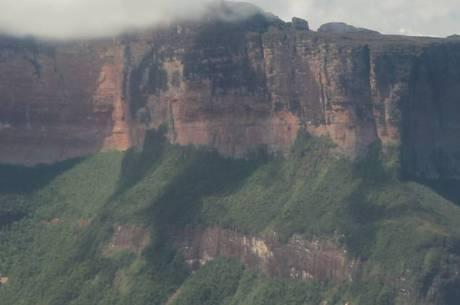 Os montes tepuyes marcam o relevo da região