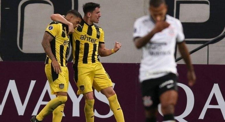 Penãrol comemora a vitória, facilitada por Mancini. Corinthians perdido em campo