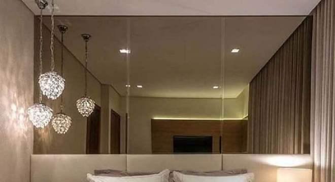 pendente de cristal para quarto com parede espelhada