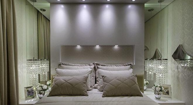 pendente de cristal para quarto de casal todo branco com parede espelhada