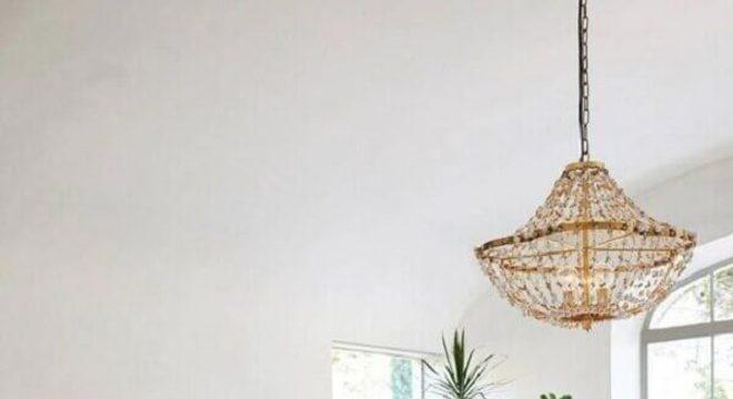 pendente para quarto de casal decorado com cama de madeira e vasos de plantas
