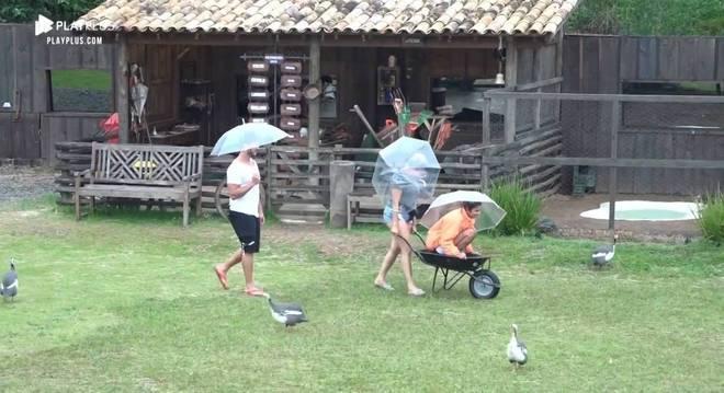 """Thayse e Hari usaram um carrinho de mão para """"fugir"""" da chuva"""