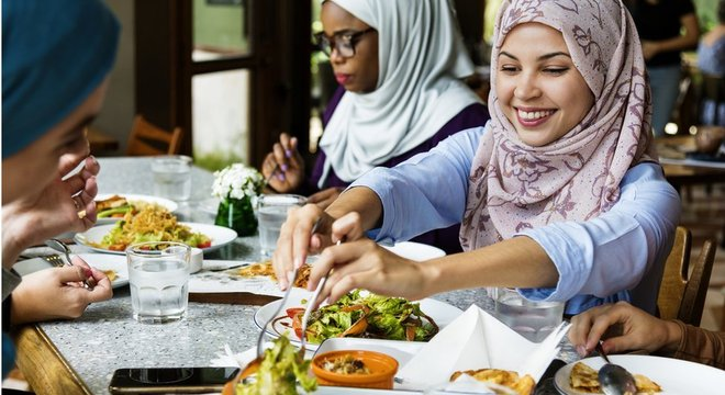 Especialistas concordam que precisa haver uma mudança no foco em nutrientes (gordura/açúcar/sal) e em quais alimentos pessoas devem comer