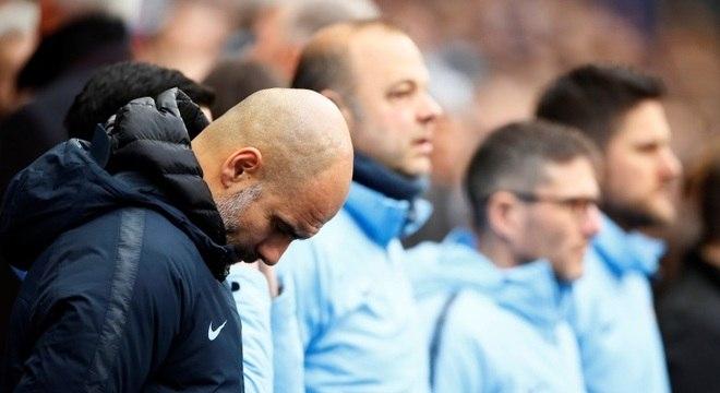 O técnico Guardiola, do City, em minuto de silêncio em homenagem a Sala