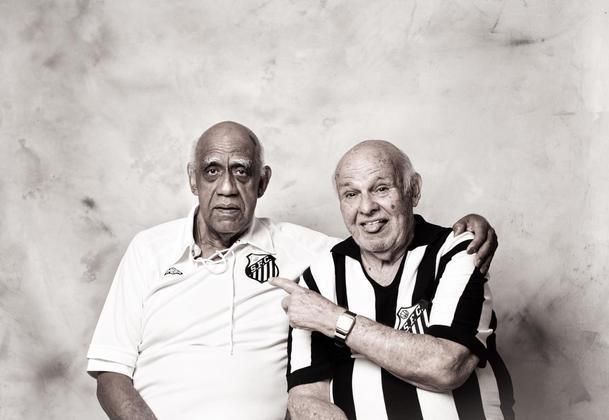 Pepe (à direita), ex-jogador do Santos e da Seleção Brasileira, foi internado no dia 13 de novembro devido a sintomas leves do coronavírus. Ele tem 85 anos e já se recuperou.