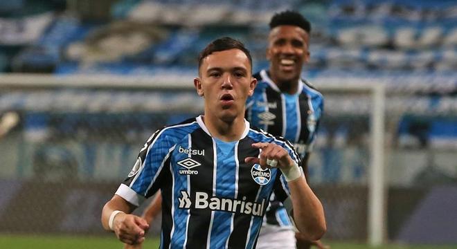 Pepê comemora gol do Grêmio sobre a Universidad Católica