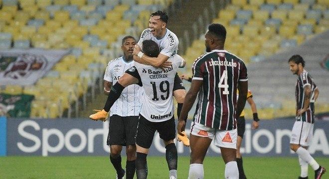 Pepê comemora com Churín o gol do Grêmio sobre o Fluminense