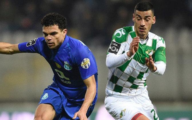 Pepe resiste. O veterano zagueiro brasileiro naturalizado português lidera a defesa do Porto.