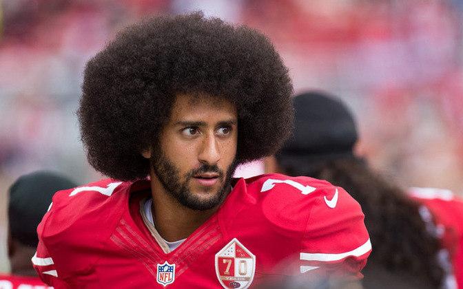 Percursor dos protestos contra o racismo nos Estados Unidos, Colin Kaepernick chocou o mundo ao se ajoelhar durante o hino quando atuava pelo San Francisco 49ers, da NFL. Ele foi jubilado da liga e rejeitado por franquias, mas se tornou um exemplo na luta contra o racismo no esporte.