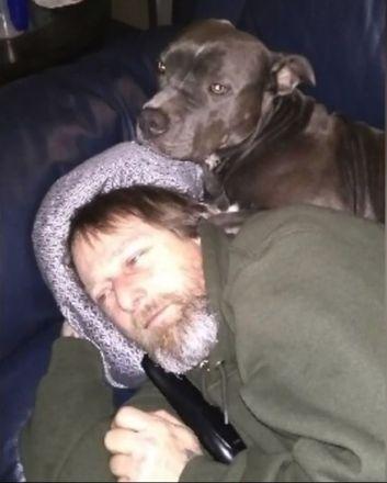 O americano Greg Manteuful não esperava que o amado cachorro da família um dia te traria tanto infortúnio. Uma lambida do animal (provavelmente em uma ferida) o fez contrair a perigosa a bactériaCapnocytophaga