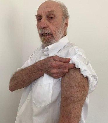 O ator Paulo César Pereio, de 80 anos, que mora no Retiro,foi um dos primeiros a receber a dose.