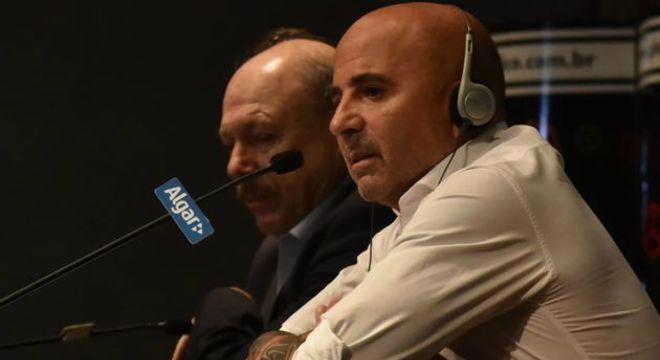 Peres diz que Sampaoli se demitiu. E o treinador diz que foi demitido