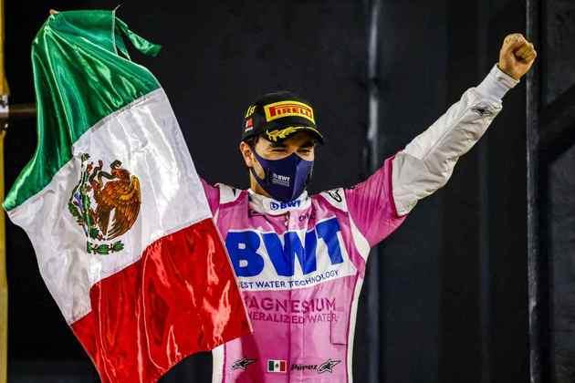 Pérez exibe a bandeira do México com orgulho no pódio.