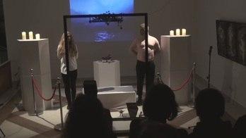 Performance artística conta com carne humana frita na Letônia (Reprodução/YouTube/Arthur Berzinsh)