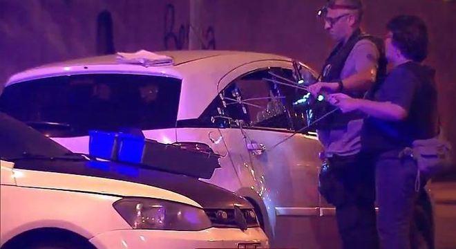 Peritos examinam carro em que morreram Marielle Franco e Anderson Gomes, no Rio
