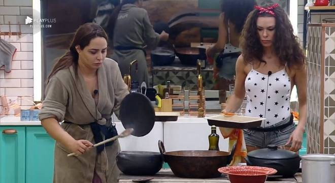 Perlla e Mendigata fazem o almoço no fogão à lenha