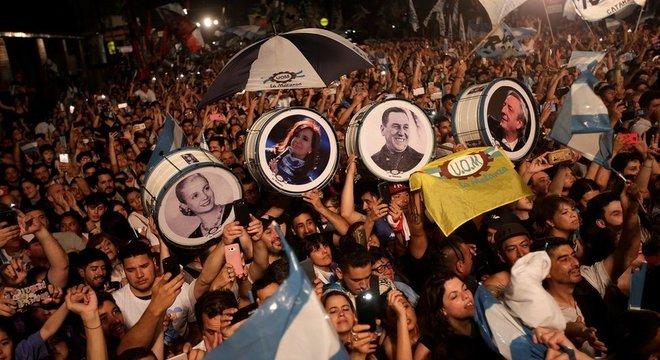 Peronistas comemoram a vitória de Alberto Fernández e Cristina Kirchner: chapa venceu no primeiro turno