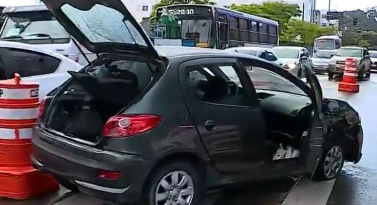 Dentro do carro foram encontrados diversos celulares roubados