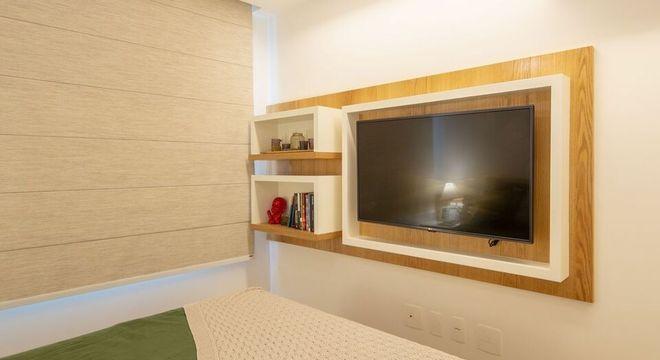persiana com tecido areia e nichos de madeira