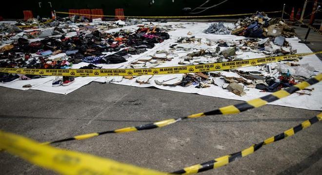Pertences das vítimas do voo JT 610 que caiu no mar de Java
