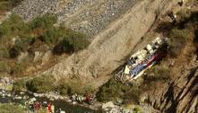 Ônibus despenca em precipício no Peru e deixa dezenas de mortos