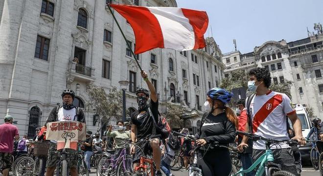 Peruanos comemoram em Lima após a renúncia de Manuel Merino