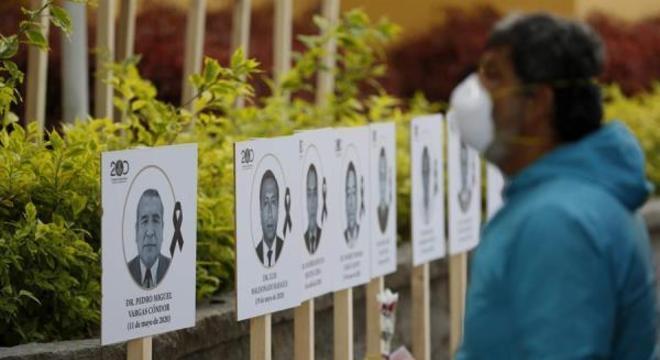 Esta homenagem foi feita aos médicos peruanos que morreram de covid-19