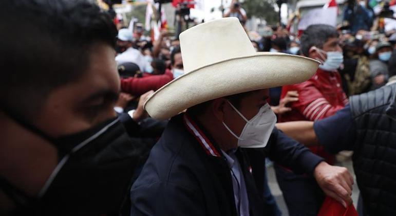 Pedro Castillo caminha entre apoiadores em Lima, capital do Peru