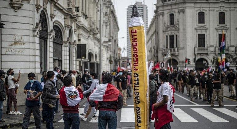 Apoiadores de Castillo esperam pelo resultado no centro de Lima, capital do Peru