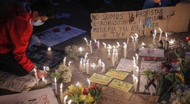 Peruanos fizeram memorial em homenagem aos jovens mortos em protesto