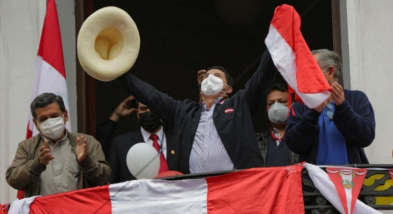 Castillo saúda apoiadores no seu comitê central de campanha em Lima, capital do Peru