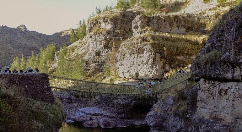A ponte foi restaurada pelo governo local após desabar em março