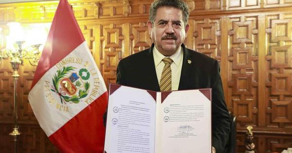 Manuel Merino toma posse como presidente do Peru