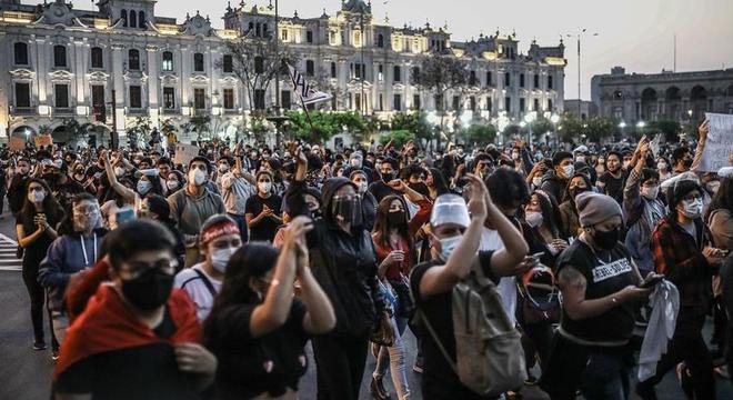 Manifestantes protestaram contra a derrubada do presidente Martín Vizcarra