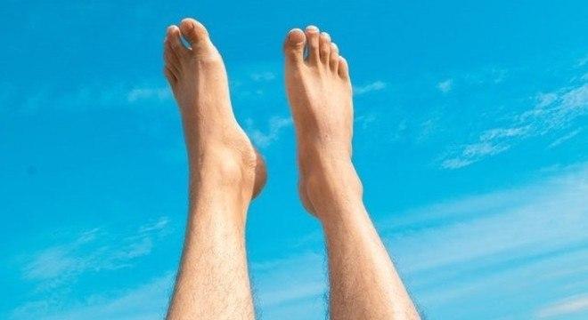 Colocar os pés para cima ajuda a diminuir o inchaço