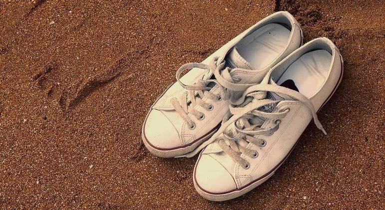 Pés calçados aparecem com frequência em praias dos EUA e Canadá