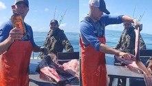 Pescador retira garrafa de uísque cheia do interior de peixe