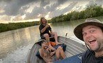 Os dois o colocaram Luke no barco, deram a ele uma cerveja e um short (e ainda tiraram essa foto bizarra)LEIA TAMBÉM:A história do homem que criou um tigre de 200 kg em um apartamento