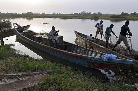 Lago chegou a ter mais de 130 espécies de peixes; a pescaria é uma das únicas fontes de renda e de alimentação para muitos que vivem perto dele Uma pergunta, algumas respostas