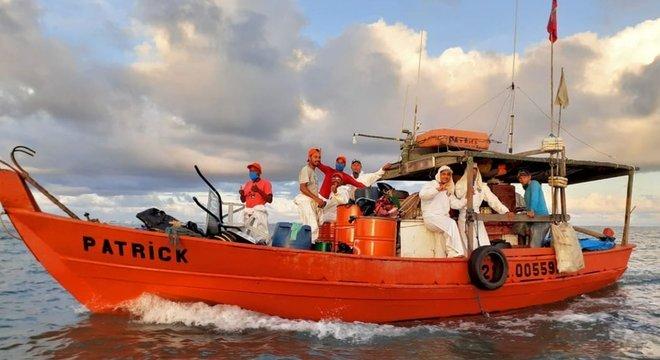 Pescadores têm se utilizado de um manual para orientar ações de retirada de óleo do mar