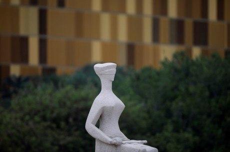 Estátua da Justiça é vista em frente ao prédio do STF