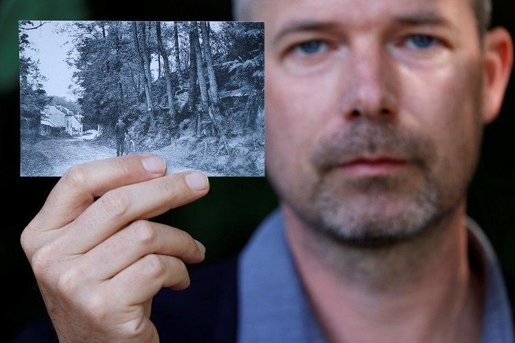 Pesquisador do Instituto Van Gogh mostra cópia de cartão postal