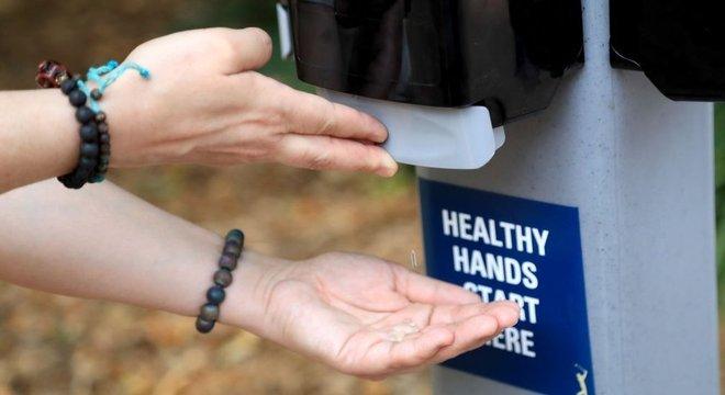 Em países como Cingapura, os dispensadores de gel antibacteriano são comuns nas ruas