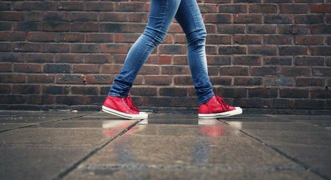 Images Tirar uma pausa do trabalho ou dos estudos e sair para caminhar na rua pode ter um efeito imediato sobre seu estado de espírito