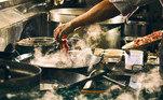 Pessoa cozinhando.